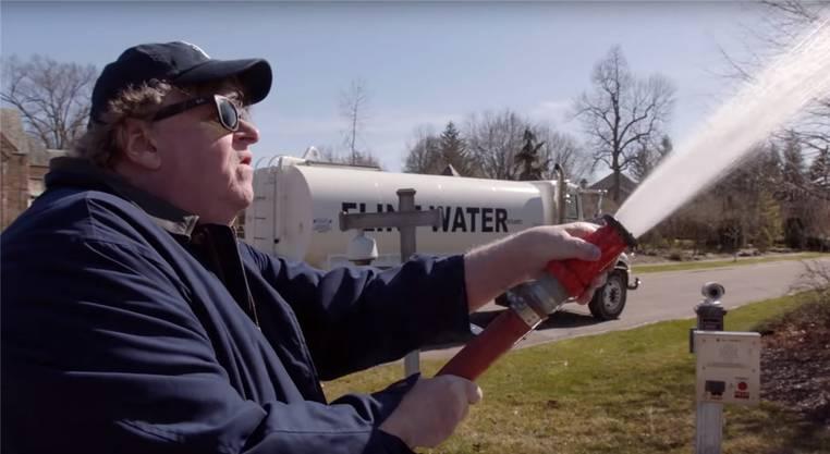 Das Wasser in Michigan enthielt zu viele Bleianteile. Moore spritzt es als Statement.