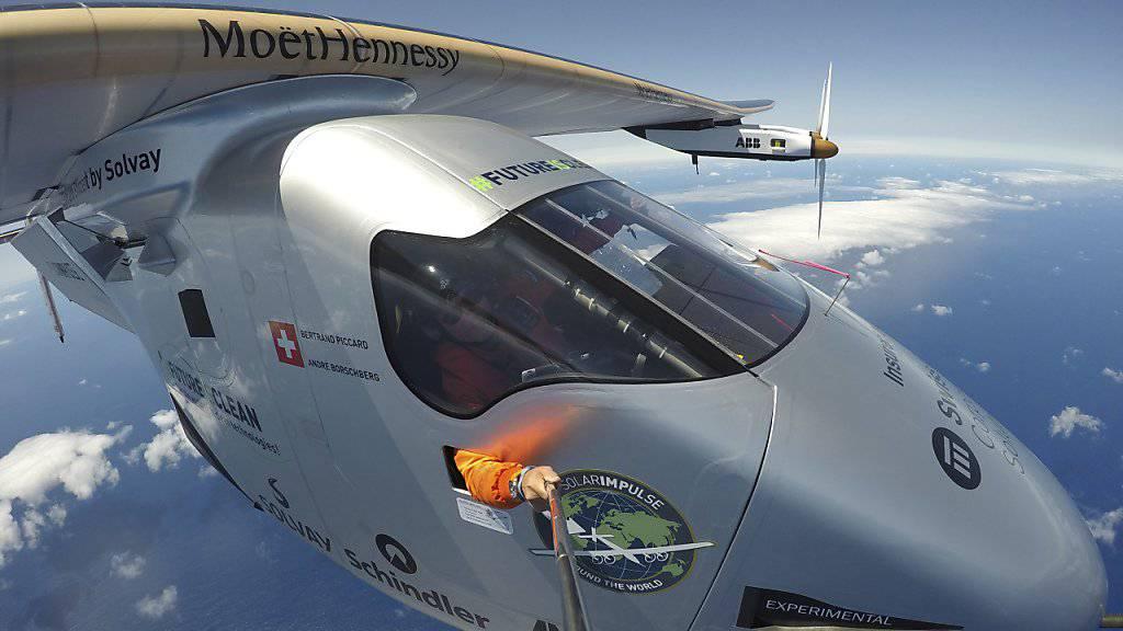 Selfie über dem Atlantik auf dem Weg nach Sevilla: Mittlerweile ist der Solarflieger «Solar Impulse 2» bereits auf dem Weg nach Kairo. Es soll die zweitletzte Etappe der Weltumrundung sein. (Archivbild)