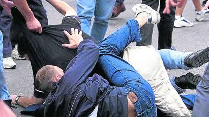 Ein Mann erlitt bei der Schlägerei einen Schädelbruch. (Symbolbild)