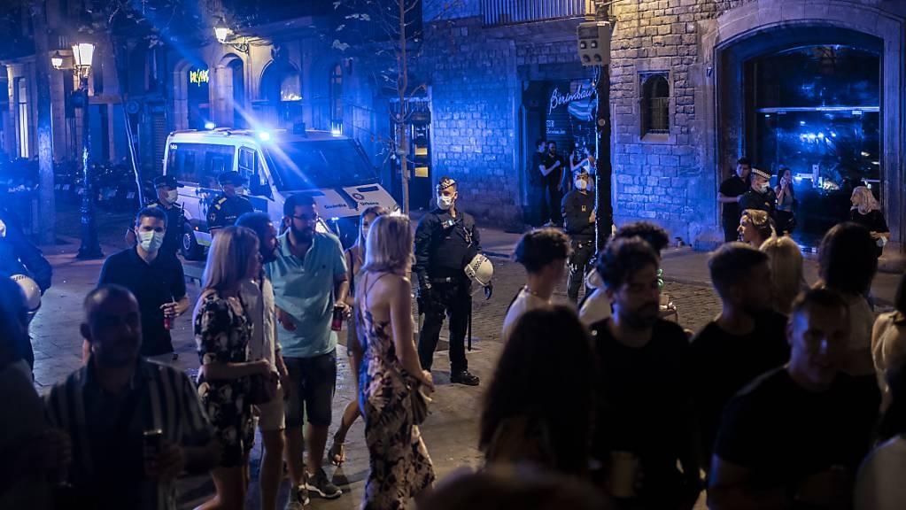 Stadtpolizisten patrouillieren am frühen Morgen in einem beliebten Partyviertel in der Innenstadt Barcelonas. Foto: Joan Mateu/AP/dpa