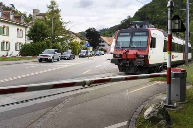 Verkehrsitutation bei Bahnstation Thalbrücke bei geschlossener Barriere und Zugeinfahrt.