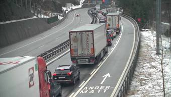 Kaum gesperrt, schon staut sich der Verkehr vor dem Gotthard.