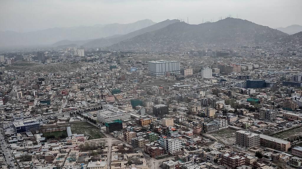 Stadtansicht von Kabul (Afghanistan) aus dem Hubschrauber aufgenommen