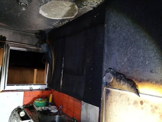 Döttingen AG, 30. August: In einer Küche einer Wohnung brach in der Nacht ein Brand aus. Feuerwehr und Polizei rückten vor Ort aus. Personen wurden keine verletzt. Die Wohnung wurde stark beschädigt. Die Ermittlungen durch die Polizei wurden eingeleitet.