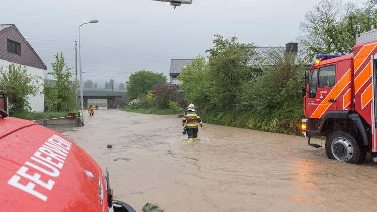 In Altreu, unterhalb der Bahnlinie, ist der Bach über das Ufer getreten.