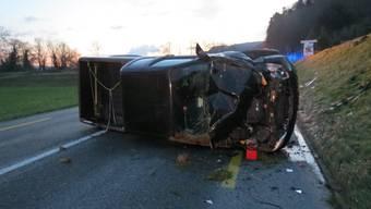 Auf glatter Fahrbahn geriet ein Lieferwagenfahrer in Schwaderloch ins Schleudern und überschlug sich