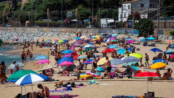 Badegäste an einem Strand in Spanien.