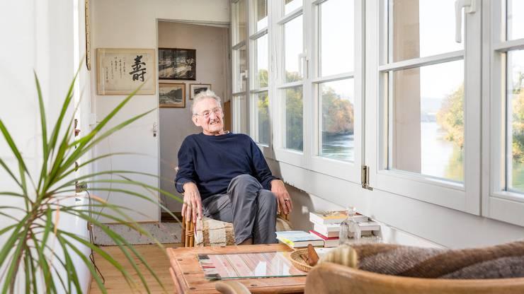 """Schriftsteller Christian Haller aus Laufenburg hat soeben seinen neuen Roman """"Das unaufhaltsame Fliessen"""" publiziert. Fotografiert in seinem Zuhause am Ufer des Rheins."""