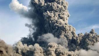 Riesige Dampf- und Aschewolke: Der Bulusan gehört zu den aktivsten Vulkanen der Philippinen. (Aufnahme vom November 2010)