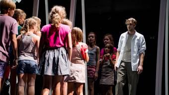 Die Kinder der Mädchen- und Knabenkantorei Basel mit Michael Wächter in «Das Versprechen». Sandra Then