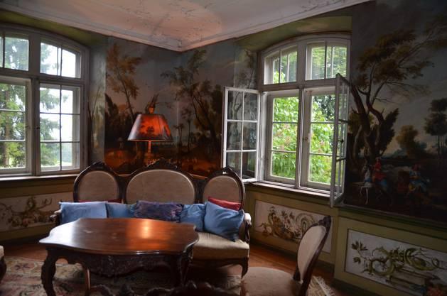 Das Schloss ist innen geschmückt mit Tapetenmalereien vom Murianer Alpenmaler Caspar Wolf.