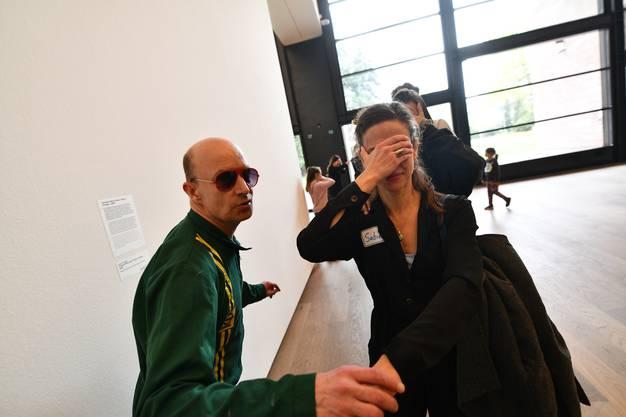 Wir gehen an der Ausstellung von Cyprien Gaillard vorbei: «Nicht hinsehen, das ist nicht Jean Tinguely», mahnt Simon. Wir wollen uns ja schliesslich nicht ablenken lassen.