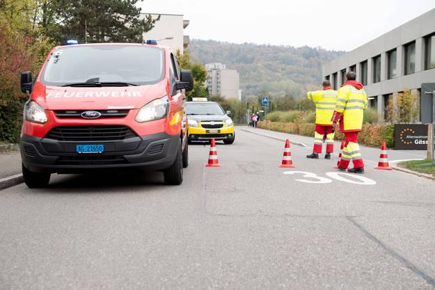 Die neuen Verkehrsfahrzeuge sperren die Unfallstelle ab