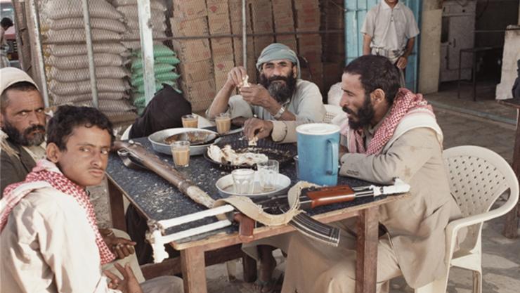 Auf diesem Bild fotografierte Nathan Beck Stammesangehörige in Jemen. Die Sturmgewehre und Karabiner auf dem Tisch seien ein symbolisches Zeichen für die allgegenwärtige Bereitschaft, den Stammeschef zu verteidigen.