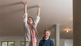 Ex-Frau Angela Thomas und ihr zweiter Mann Erich Schmid wohnen im Max-Bill-Haus in Zumikon. Die Ulmer Hocker, auf denen sie stehen, sind Design-Klassiker, Max Bill hat sie für die Hochschule für Gestaltung Ulm entworfen.Hanspeter Schiess