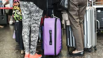 Reisende vor dem Check-In-Schalter: Das EU-Parlament hat am Donnerstag der PNR-Richtlinie der EU zugestimmt. Künftig werden damit Flugpassagierdaten systematisch gesammelt und gespeichert. (Archiv)