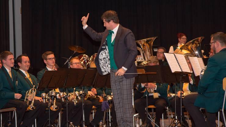 Dirigent Flavio Killer und die Musiker der Musikgesellschaft Bünzen am Jahreskonzert.