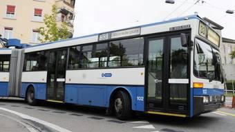 Die Verkehrsbetriebe Zürich testen erstmals einen zwölf Meter langen Bus, der vollständig mit Batterie betrieben wird. (Symbolbild)