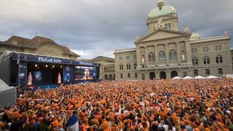 Die Bundesstadt in Orange: Holländische Fans während der Euro 08 vor dem Bundeshaus in Bern.