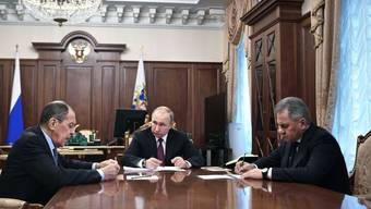 Der russische Verteidigungsminister Sergej Schoigu (rechts) bei einem Treffen mit Präsident Wladimir Putin (Mitte) und Aussenminister Sergej Lawrow. (Archivbild)
