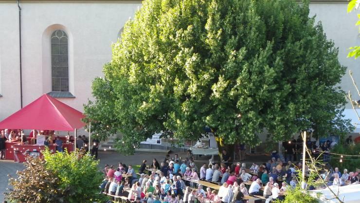 Der Kirchplatz in Sulz mit seiner prächtigen Linde wurde von der Musikgesellschaft in einen Festplatz umfunktioniert.