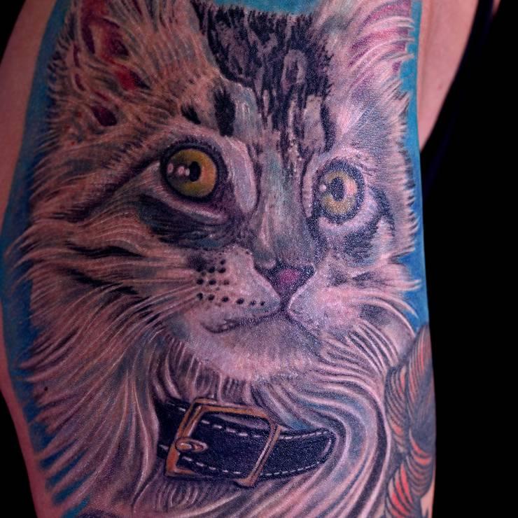 Überraschung: das Tattoo zeigt auch ihre Katze