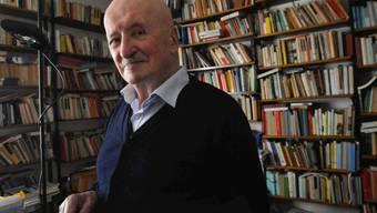 Der Tessiner Schriftsteller Giovanni Orelli ist am 3. Dezember im Alter von 88 Jahren gestorben. Das Bild zeigt ihn 2012 in seinem Arbeitszimmer in Lugano (Archiv)