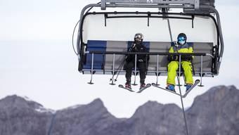 Trotz Maskenpflicht: Der Bundesrat will die Kapazitäten der Bergbahnen beschränken.