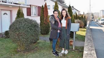 Ana (l.) und Sandra Jeremic stehen dort, wo die Lärmschutzwand in ihrem Garten gebaut werden soll.