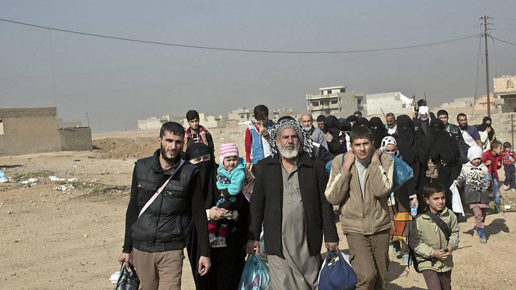 Zivilsten fliehen vor den Kämpfen in und um Mossul.