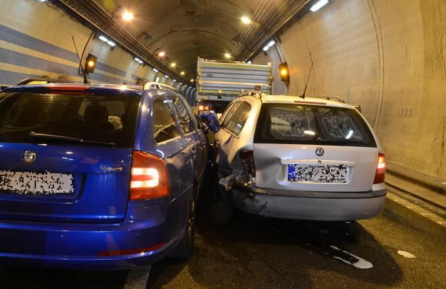 In den Verkehrsunfall waren vier Fahrzeuge involviert. Verletzt wurde niemand.