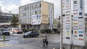 Zwei überzeugte Hausbesetzer werden definitiv mit bedingten Freiheitsstrafen belangt. Im Bild das von ihnen besetzte Swisslife-Gebäude, gleich gegenüber des Einkaufszentrums Letzipark. (Archivbild)