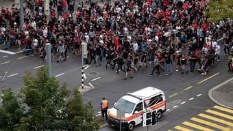 Fans von Roter Stern Belgard ziehen in Richtung Stade de Suisse.