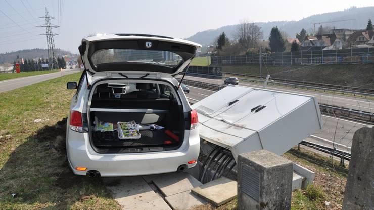 Beim Unfall wurde nebst den Autos auch eine Schalteranlage in Mitleidenschaft gezogen.