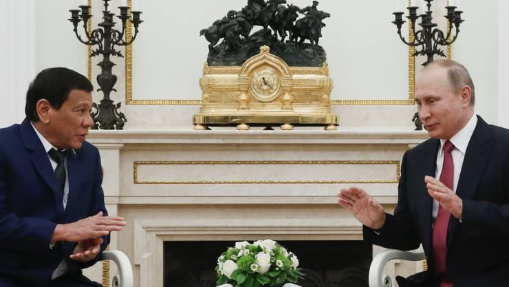 Der Präsident der Philippinen Rodrigo Duterte (links) bittet den Präsident Russlands Wladimir Putin um wirksame Waffen im Kampf gegen die Terrormiliz IS.