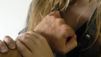 Am Ende erhält das Opfer einen Faustschlag ins Gesicht, der ihr die Nase bricht.  (Symbolbild).