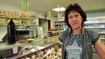Yvonne Misteli richtet ihr Sortiment im Chäsi-Laden in Neuendorf immer wieder neu nach den Wünschen der Kunden aus.