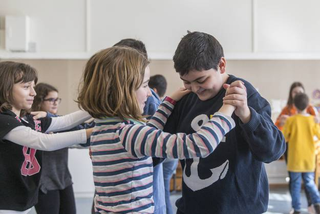 Im Tanzunterricht eignen sich die Schülerinnen und Schüler nicht nur neue Schritte an, sondern auch Kompetenzen wie ein besseres soziales Bewusstsein und Teamfähigkeit.