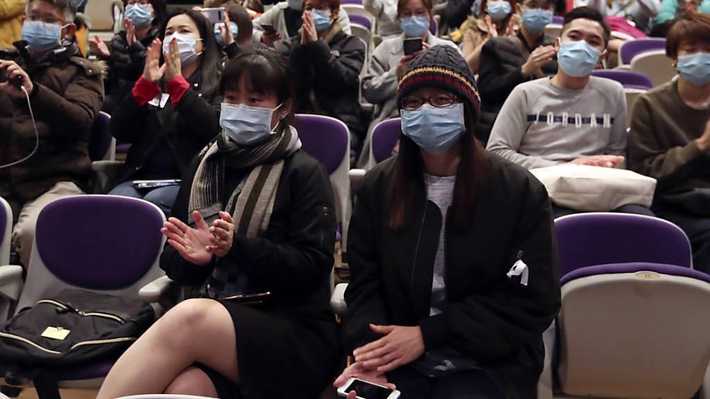 In Hongkong fordern tausende Spital-Angestellte, die Grenzen zu Festlandchina wegen der Ausbreitung des Coronavirus zu schliessen. Andernfalls wollen sie streiken.