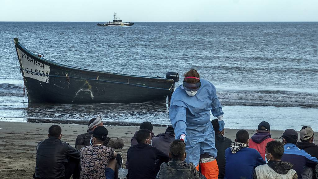Bei Migranten aus Marokko wird die Temperatur messen, nachdem sie mit einem Holzboot an der Küste von Gran Canaria angekommen sind. (Archiv)
