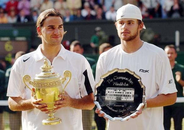 2004: Federer s. Roddick 4:6, 7:5, 7:6 (7:3), 6:4 «Als ich auf den Platz lief, hatte ich schon kalte Hände. Ich spürte, wie gut Roddick spielen würde», sagt Federer nach dem Finals. Mehrmals wird die Partie wegen Regens unterbrochen, letztmals, als Federer im dritten Satz mit 2:4 hinten liegt. In der Kabine berät er sich mit seinem Physiotherapeuten, Pavel Kovac, und Freund Reto Staubli und beschliesst, mehr Serve-and-Volley zu spielen. Die Rechnung geht voll auf. Nach dem Matchball fällt Federer wieder auf die Knie. «Ich weinte auch diesmal». Als Titelhalter und Nummer 1 der Welt habe er mehr Druck verspürt als noch im Vorjahr.
