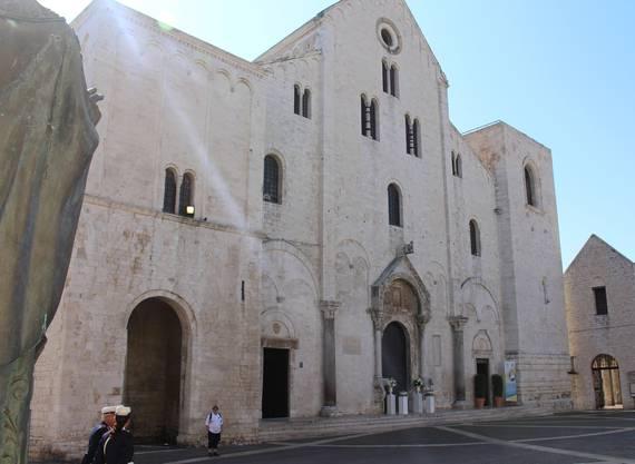 Hauptfassade der 1087 - 1197 für die Gebeine des S. Nicola erbauten Basilica