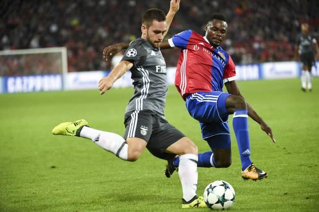Benficas Andrija Živković (l.) kennt sich nicht nur mit Portugal, sondern auch mit dem FC Basel bestens aus.  Hier duelliert er sich mit FCB-Spieler Dimitri Oberlin (r.).
