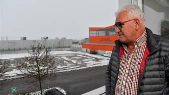 Marcel Bolliger mit Blick auf das Gelände, auf dem das Bauprojekt der Firma zu stehen kommen soll