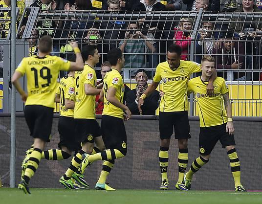 Dortmunder Jubel: Mario Reuss (ganz rechts) hat eben das 1:0 erzielt, es sollte das Siegstor sein.