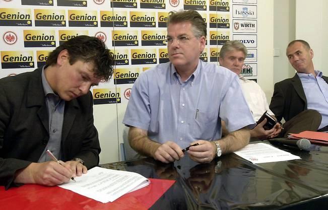 Nach seinem Erfolg mit Ulm unterschreibt der Zuger 2001 bei Eintracht Frankfurt.