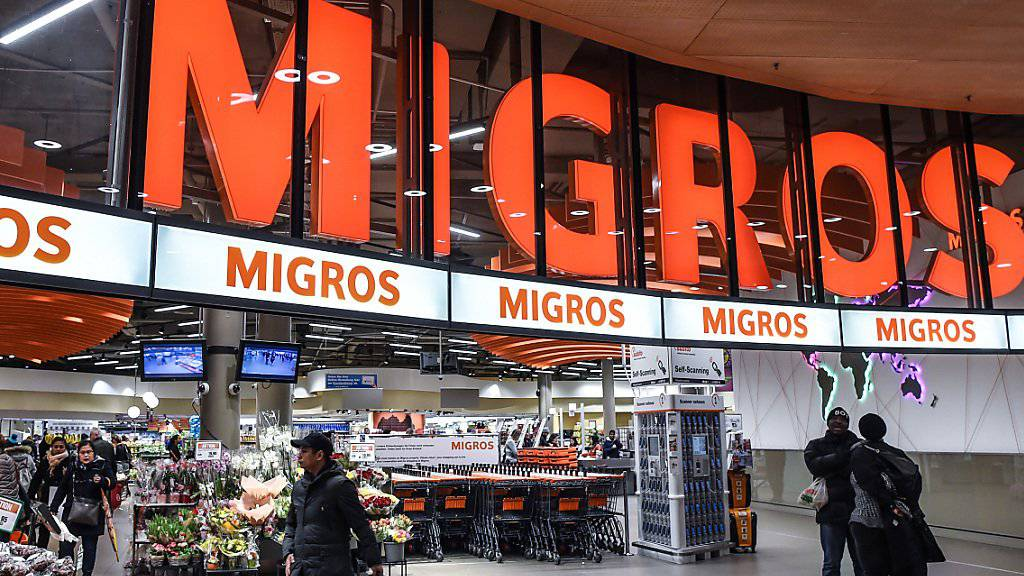 Die Umsätze im Schweizerischen Detailhandel sind im Dezember leicht gesunken: Kunden vor einer Migros-Filiale (Archivbild).
