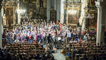 Das Offene Singen erfreute sich grosser Beliebtheit: Bis auf den letzen Platz war die katholische Kirche besetzt, einige Besucher mussten stehen.