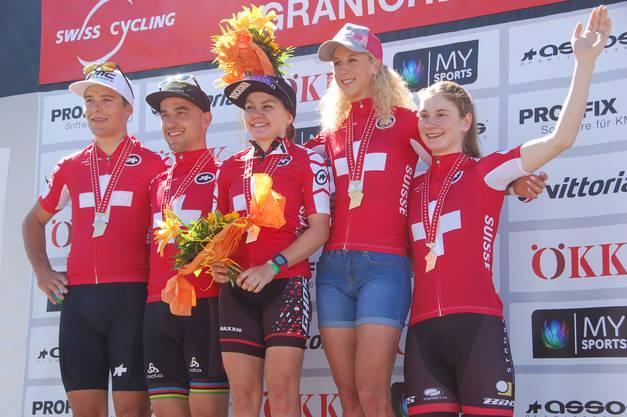 Fünf Meisterinnen und Meister auf einen Blick (von links): Filippo Colombo (U-23-Männer), Nino Schurter (Elite Männer), Sina Frei (Frauen U-23), Jolanda Neff (Elite Frauen), und Jacqueline Schneebeli (Juniorinnen).