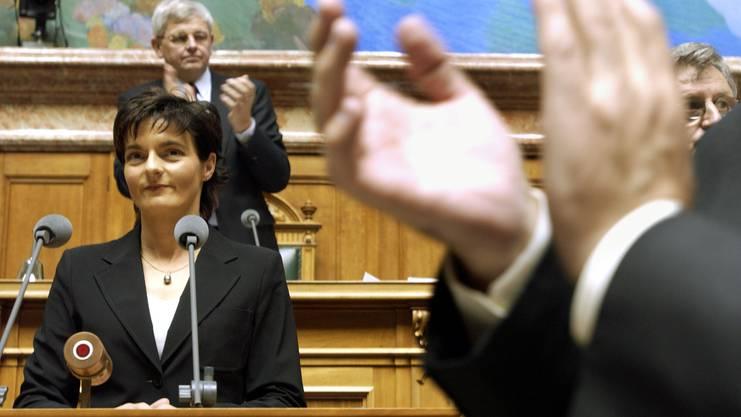 Ruth Metzler erhält Applaus, als sie 2003 aus dem Bundesrat zugunsten von Christoph Blocher abgewählt worden ist.